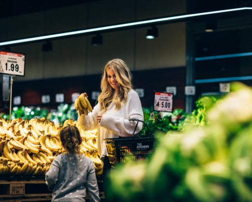 robina-town-centre-the-kitchens-mother-with-daughter-buying-food-in-earth-markets-(1)